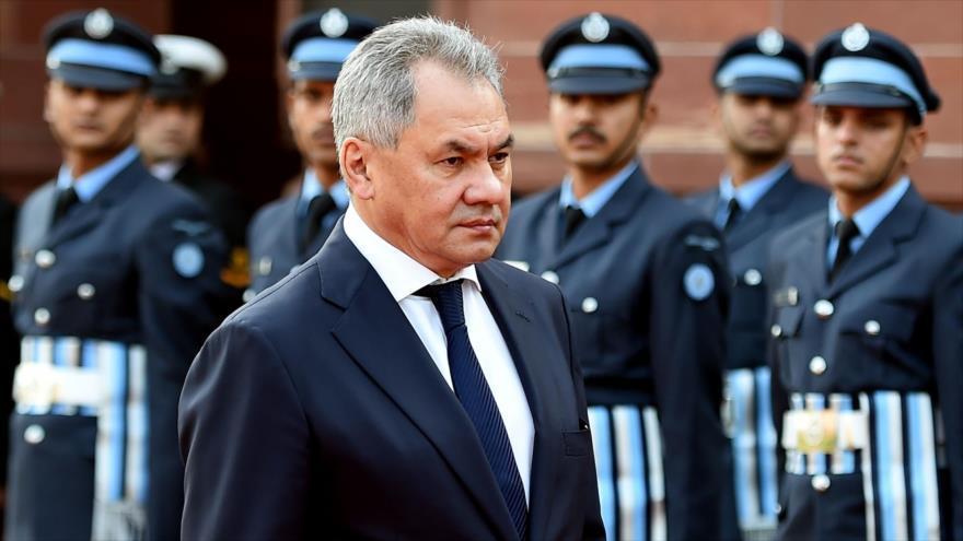 El ministro ruso de Defensa, Serguéi Shoigú, inspecciona una parada de recibimiento en Nueva Delhi (capital india), 13 de diciembre de 2018. (Foto: AFP)