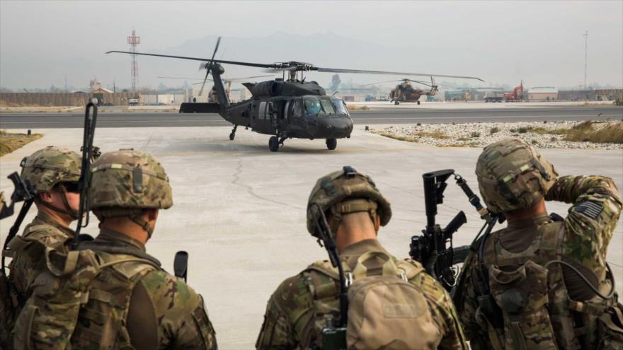 Soldados estadounidenses del Tercer Regimiento de Caballería se preparan para una misión en un aeródromo de EE.UU. en la ciudad afgana de Yalalabad.