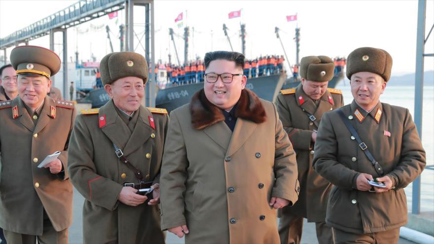 El líder norcoreano, Kim Jong-un (centro), junto a varios militares del Ejército, en una ubicación desconocida, 1 de diciembre de 2018. (Foto: AFP)