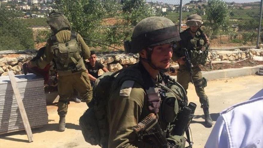Fuerzas israelíes arrestan a dos menores palestinos en la Cisjordania ocupada, 22 de mayo de 2017.