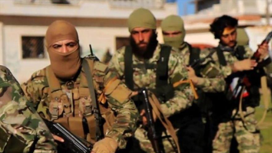 Los miembros de la alianza terrorista Hayat Tahrir Al-Sham en una zona ocupada en Siria.