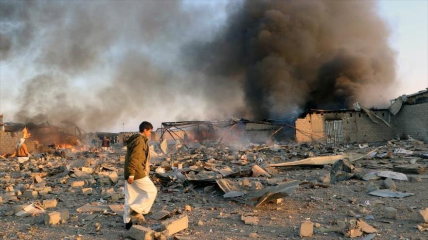 Humareda provocada por los bombardeos de la coalición, liderada por Arabia Saudí contra Yemen, provincia de Saada, 6 de julio de 2108. (Foto: Reuters)