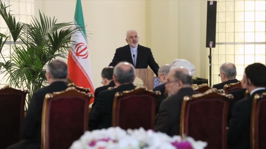 El canciller iraní, Mohamad Yavad Zarif, habla en una reunión con embajadores de países extranjeros en Teherán, la capital persa, 6 de febrero de 2019.