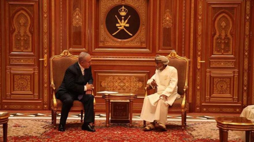 El premier israelí, Benjamín Netanyahu (izq.), se reúne con el rey de Omán, el sultán Qabus bin Said, en Seeb, 26 de octubre de 2018. (Foto: AFP)