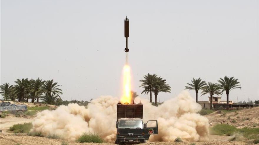 Los combatientes de las Unidades de Movilización Popular de Irak lanzan un misil contra blancos de Daesh en Faluya, 4 de junio de 2016. (Foto: AFP)