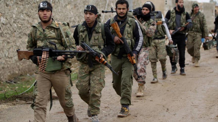 Terroristas de Frente Al-Nusra caminan hacia la ciudad siria de Al-Bab.