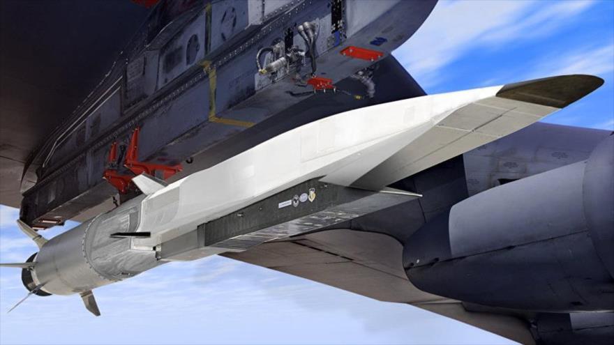Bombardero nuclear B-52 de EE.UU. lleva un misil hipersónico para una prueba de lanzamiento.
