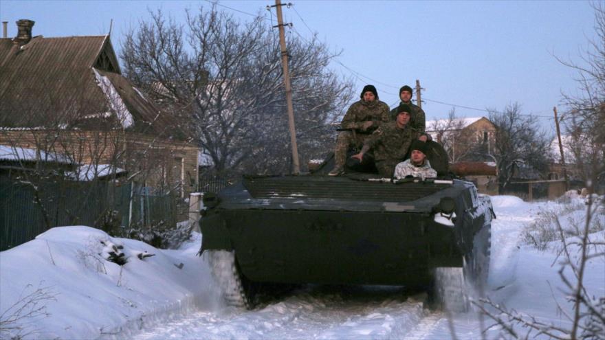 Uniformados ucranianos montados sobre un vehículo blindado en localidad de Mariinka, Donetsk, Ucrania, 18 de enero de 2019. (Foto: AFP)