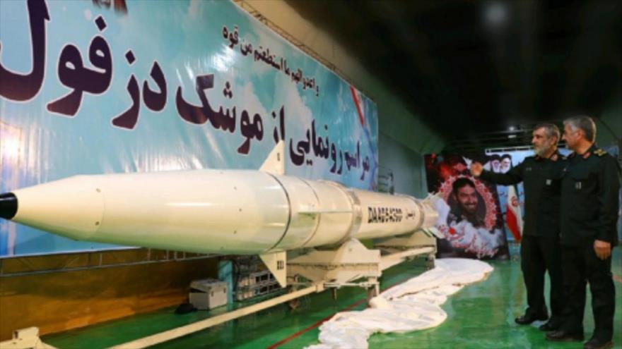 Comandante en jefe del CGRI, Ali Yafari (dcha.), durante una ceremonia para presentar una fábrica subterránea destinada a la producción de misiles.