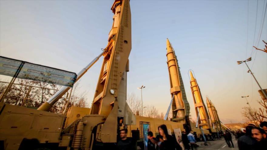 Misiles iraníes presentados en una exposición militar de las Fuerzas Armadas del país persa en Teherán, la capital.