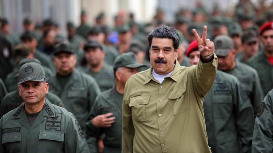El presidente de Venezuela, Nicolás Maduro, (dcha.) durante un ejercicio militar de la FANB en Caracas, 30 de enero de 2019. (Foto: AFP)