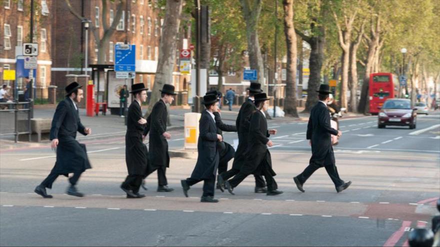 Varios judíos en una calle en el Reino Unido.
