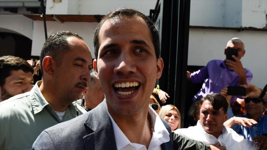 Juan Guaido, autoproclamado presidente encargado de Venezuela, habla a la prensa en Caracas, 10 de febrero de 2019. (Foto: AFP)