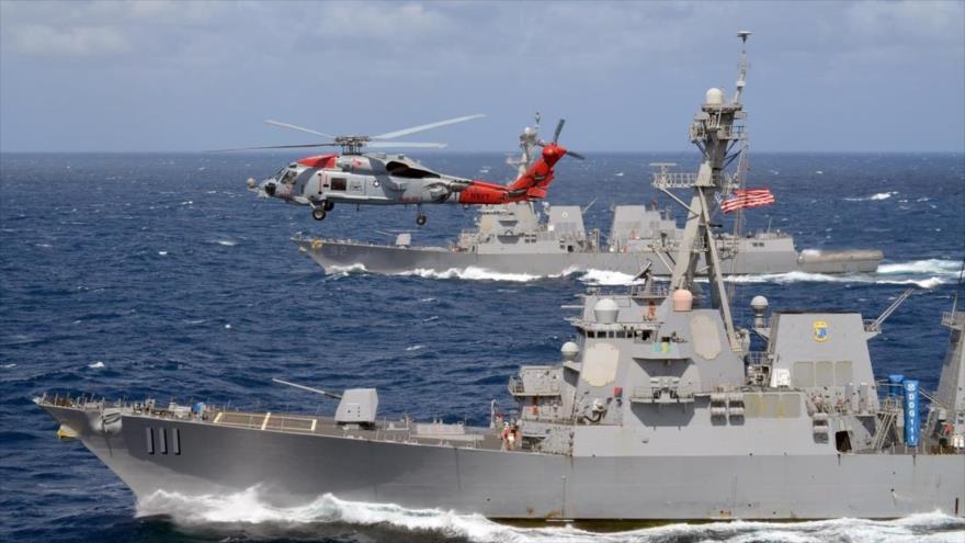 El helicóptero MH-60R Seahawk vuela sobre los destructores USS Spruance y USS Momsen en una maniobra de la Armada de EE.UU.