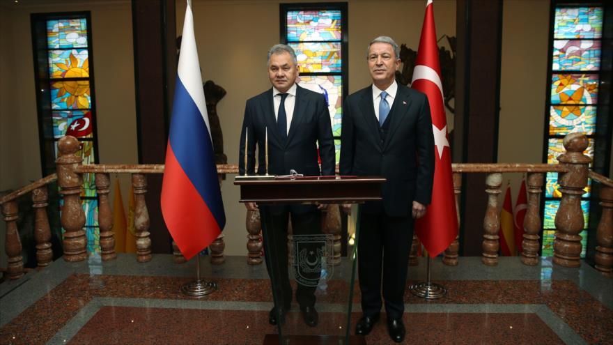 El ministro de Defensa de Rusia, Serguéi Shoigu (izq.), junto a su homólogo de Turquía, Hulusi Akar, Ankara, 11 de febrero de 2019. (Foto: AFP)