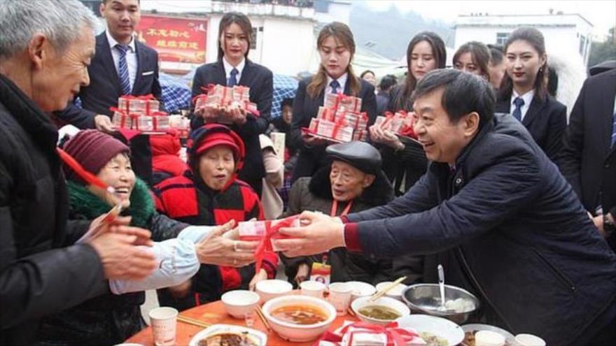 Vídeo: Magnate chino regala $ 1,8 millones a su ciudad natal