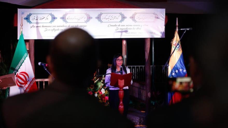 La vicepresidenta de Venezuela, Delcy Rodríguez, celebra el aniversario de la Revolución Islámica en la embajada iraní en Caracas, 11 de febrero de 2019.