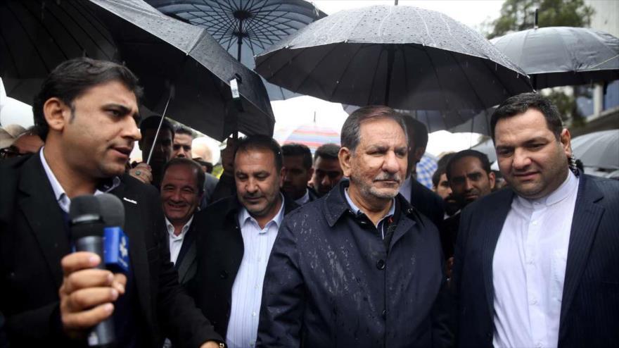 El vicepresidente primero iraní, Eshaq Yahanguiri (2.º dcha.), en marchas por el aniversario de la Revolución Islámica, Shiraz, 11 de febrero de 2019. (Foto: IRNA)