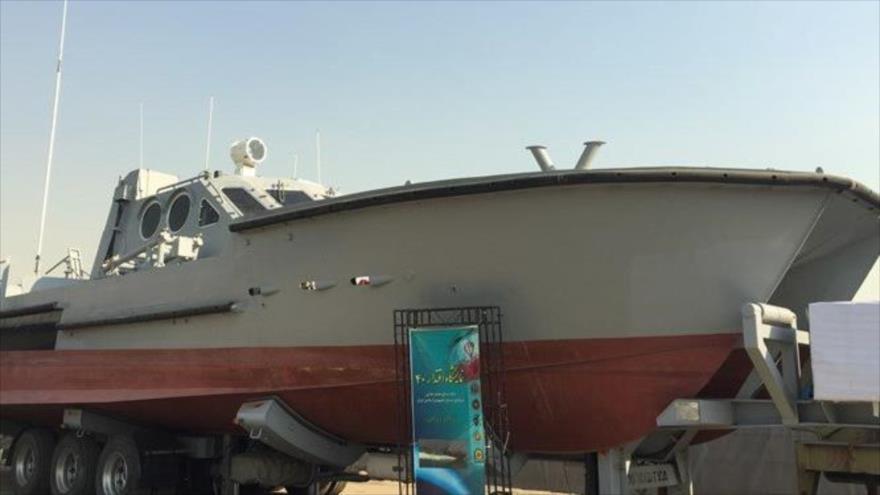 Irán exhibe una embarcación lanzatorpedos de fabricación nacional en la Exposición Nacional de Eqtedar-e 40 en Teherán, 12 de febrero de 2019.