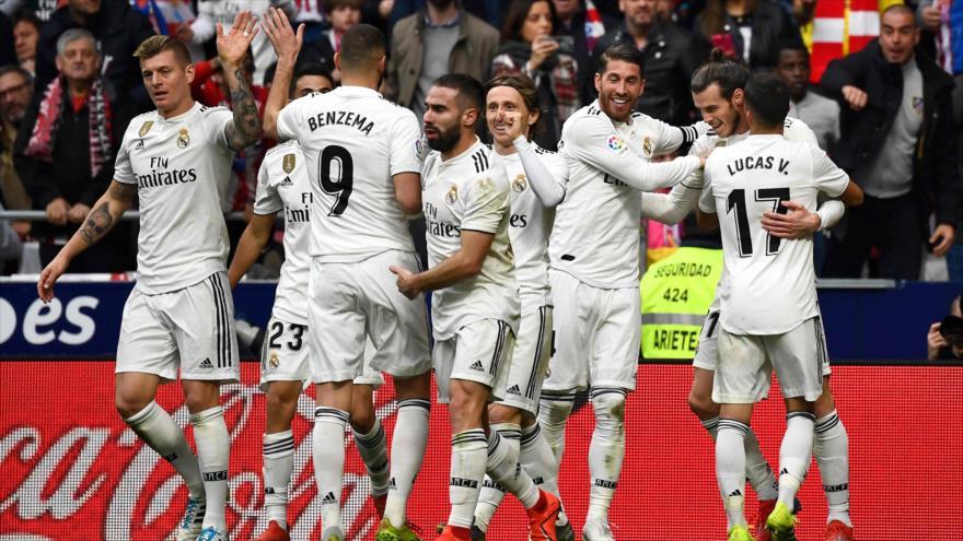 Jugadores del club español de fútbol Real Madrid durante un partido con el club Atlético de Madrid, 9 de febrero de 2019. (Foto: AFP)