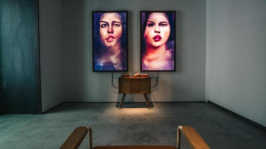 El ordenador crea imágenes imaginarias de un hombre y una mujer y los proyecta en dos pantallas, sin repeticiones.