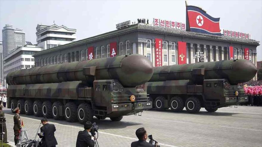 Dos plataformas de lanzamiento de misiles balísticos norcoreanos con capacidad de cargas ojiva nuclear en una marcha militar en Pyongyang.