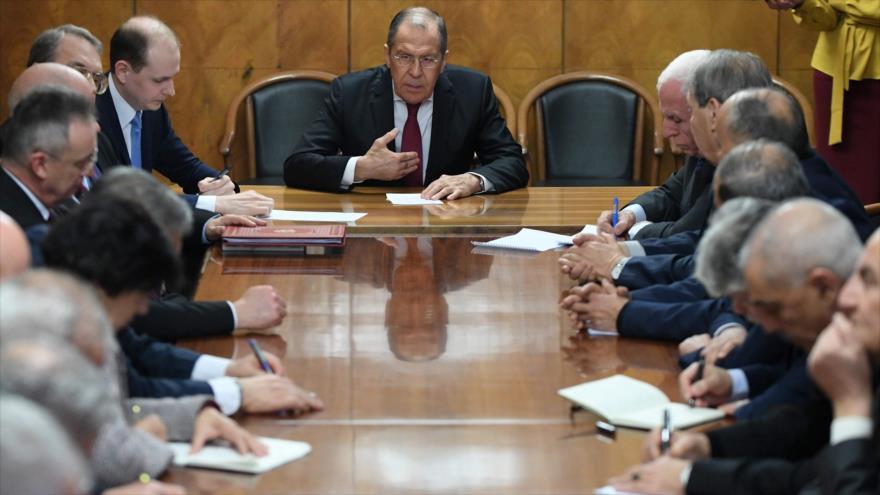 El canciller ruso, Serguéi Lavorv (centro), se reúne con representantes de las facciones palestinas en Moscú, 12 de febrero de 2019. (Foto: AFP)