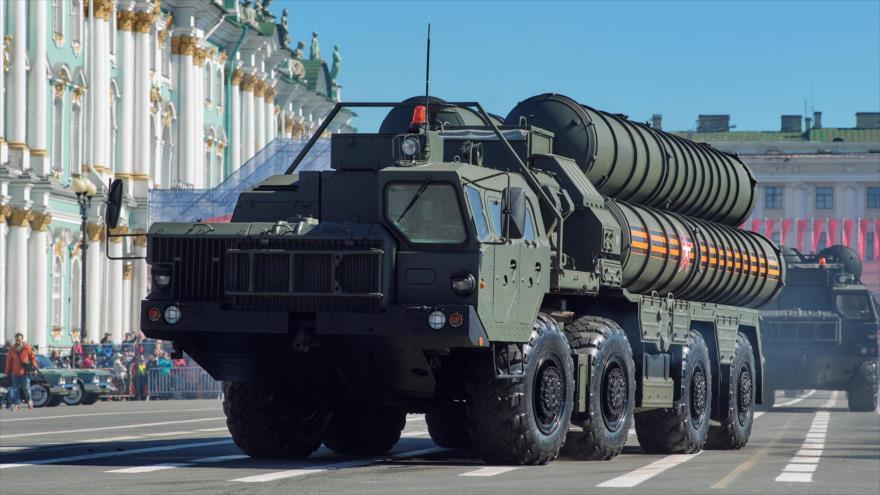 Sistemas de misiles antiaéreos avanzados S-400 de Rusia durante un desfile militar en Moscú (capital), 7 de mayo de 2016.