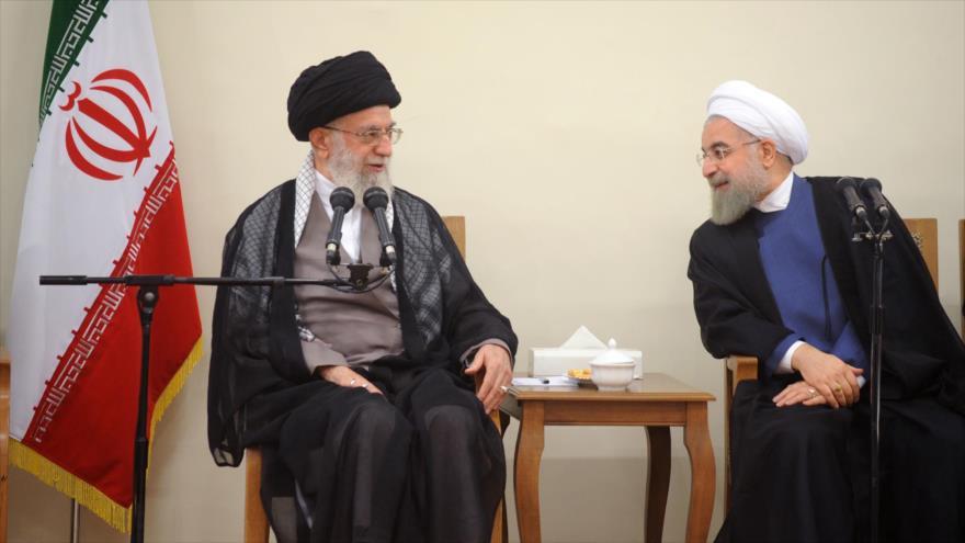 El Líder de la Revolución Islámica de Irán, el ayatolá Seyed Ali Jamenei (izda.) y el presidente iraní, Hasan Rohani.