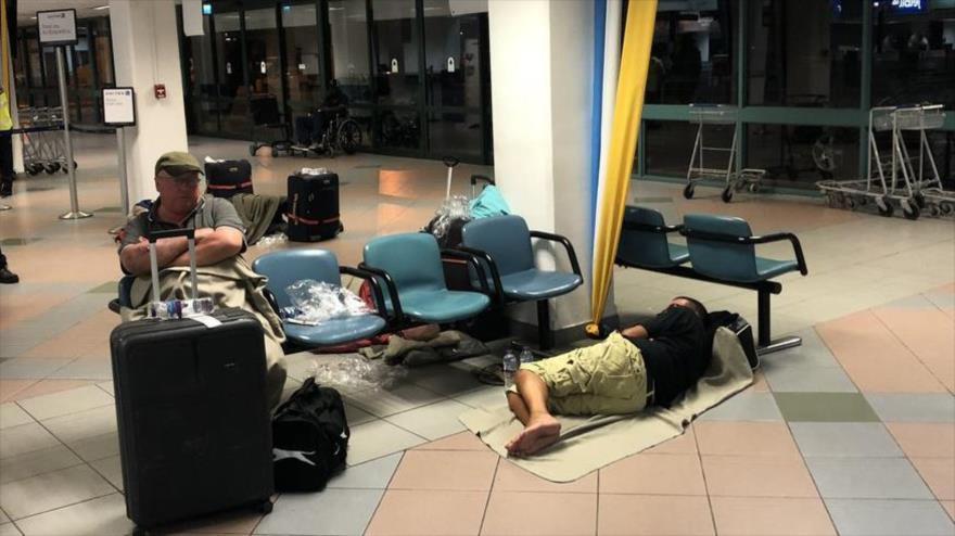 Pasajeros de British Airways duermen en el suelo por una cancelación