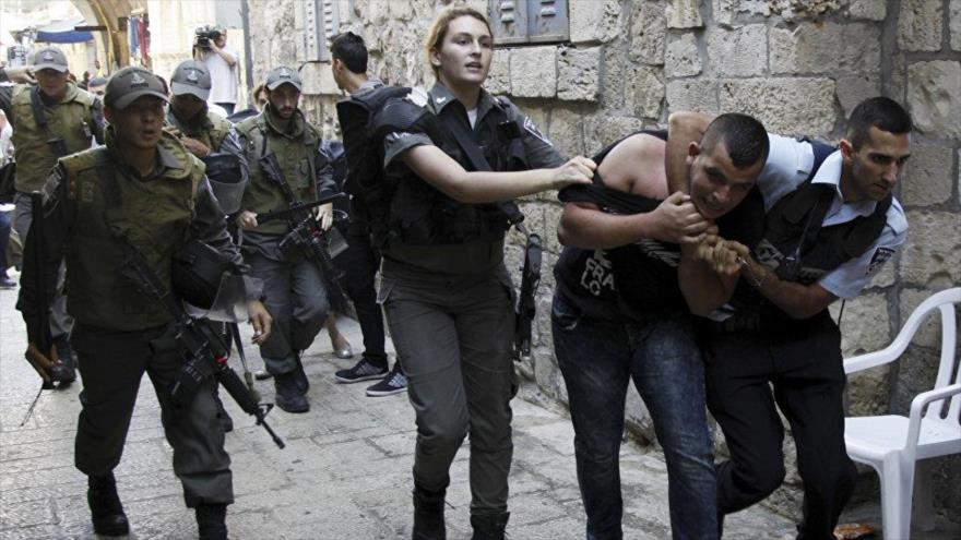 Fuerzas israelíes arrestan a un palestino en la ciudad de Al-Quds (Jerusalén).