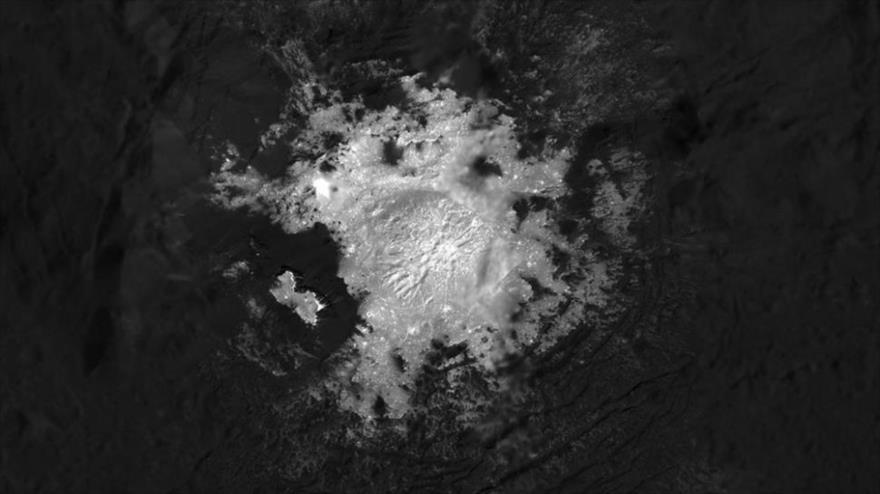 El punto brillante Cerealia Facula dentro del cráter Occator en el planeta enano Ceres observado desde una altitud de 34 kilómetros. (Foto: NASA)