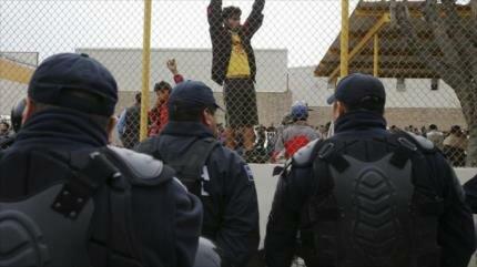 Policías se enfrentan a migrantes 'encarcelados' en México