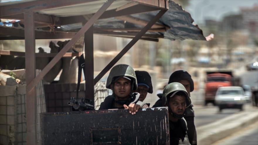 Policías egipcios vigilan un puesto de control en Al-Arish, en el norte del Sinaí, 27 de julio de 2018. (Foto: AFP)