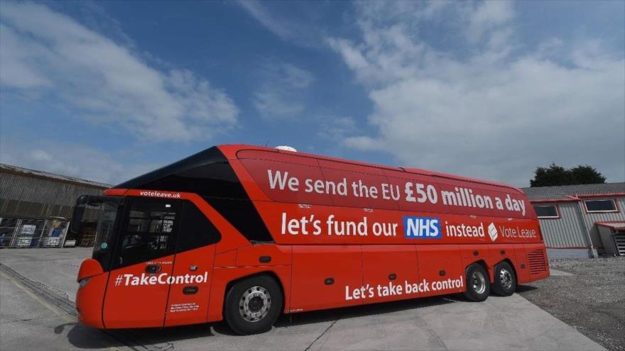 Un autobús propagandístico del 'Brexit' con el mensaje de que la UE perjudica la economía británica, 27 de mayo de 2016. (Foto: AFP)