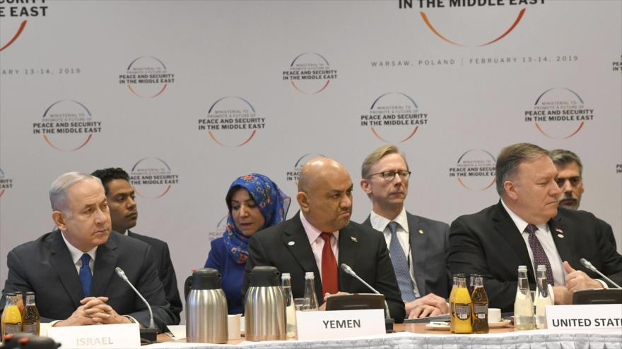 Premier israelí Benjamín Netanyahu (izq.), el canciller del gobierno fugitivo yemení, Jalid al-Yamani (c), Polonia, 14 de febrero de 2019. (Foto: AFP)