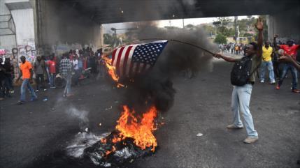 Haitianos corean '¡Viva Putin!' y queman bandera de EEUU