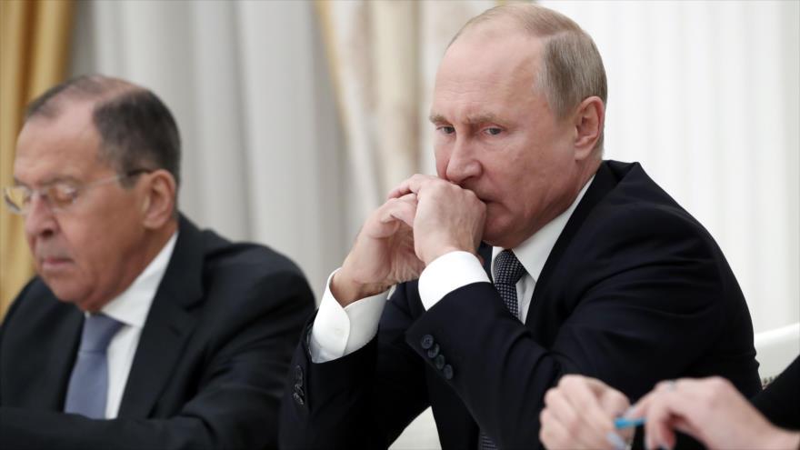 El presidente de Rusia, Vladimir Putin (dcha.) y su canciller, Serguéi Lavrov, en una reunión en el Kremlin, Moscú, 23 de octubre de 2018. (Foto: AFP)