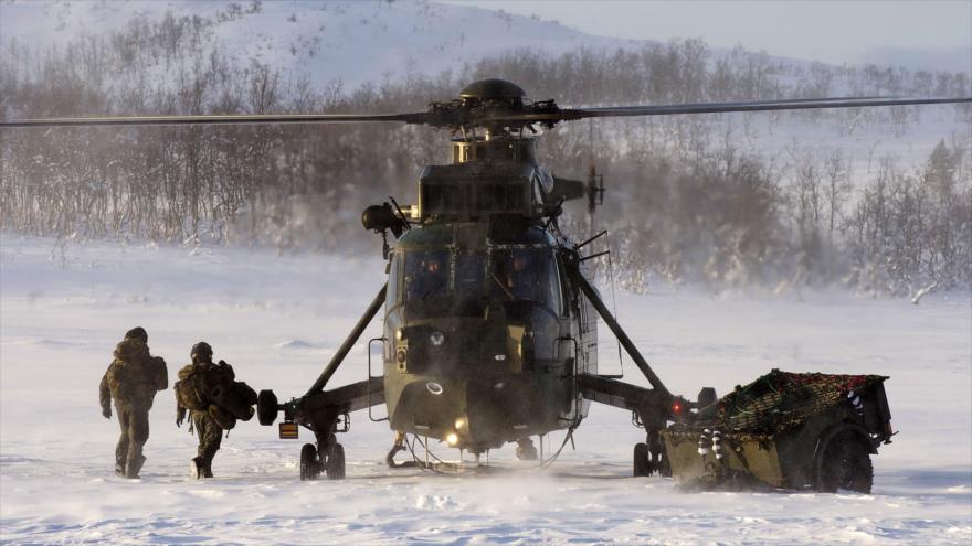 Un helicóptero de la Marina Real británica (Royal Navy) opera en el norte de Noruega durante un vuelo de entrenamiento en el Ártico.