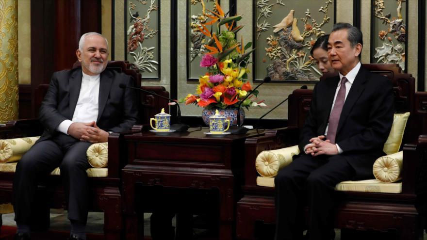 El canciller chino, Wang Yi (dcha.), recibe a su homólogo iraní, Mohamad Yavad Zarif, Pekín, capital de China, 19 de febrero de 2019. (Foto: AFP)