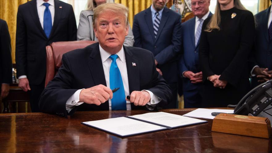 El presidente de EE.UU., Donald Trump, firma una directiva en Washington D.C., EE.UU., 19 de febrero de 2019. (Foto: AFP)