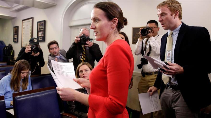 La todavía viceportavoz de la Casa Blanca Lindsay Walters atiende a los periodistas en una rueda de prensa en la sede presidencial en Washington DC.