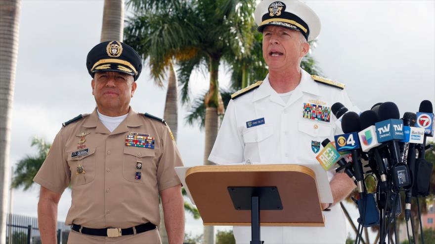 El jefe del Comando Sur de EE.UU., el almirante Craig Faller (dcha.), habla en un acto oficial en Miami, 20 de febrero de 2019. (Foto: AFP)