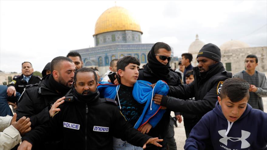 Policías israelíes detienen a un joven palestino en el recinto de la Mezquita Al-Aqsa, en Jerusalén (Al-Quds), 18 de febrero de 2019. (Foto: AFP)