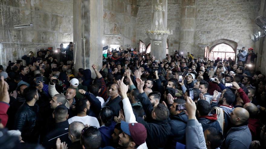 Palestinos se abren paso a zona cerrada de Al-Aqsa tras 16 años