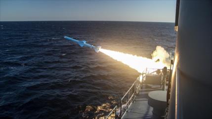 Irán prueba misiles de crucero y torpedos en gran maniobra militar