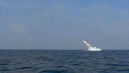Irán lanza con éxito un misil de crucero desde un submarino