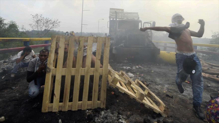 Vídeo: Policías colombianos ven preparar bombas cerca de Venezuela | HISPANTV
