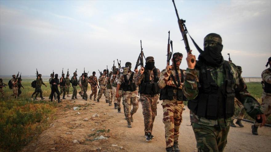 Combatientes de la Yihad Islámica Palestina marchan en un ejercicio militar al este de Jan Yunis, en Gaza, 27 de marzo de 2018.