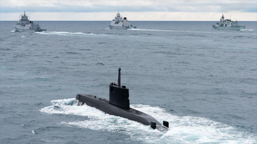 El submarino noruego HNoMS Uredd navega junto con varias embarcaciones de la OTAN en los ejercicios Dynamic Manta 2017.